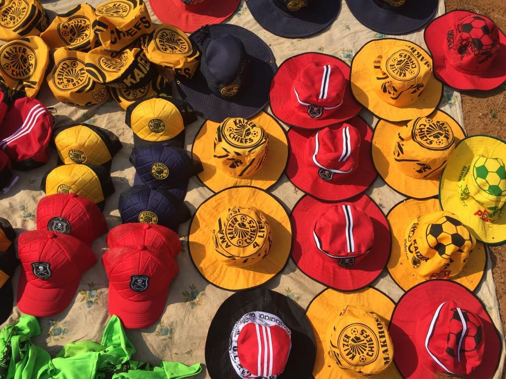 Fandevotionalien beim Soweto Derby
