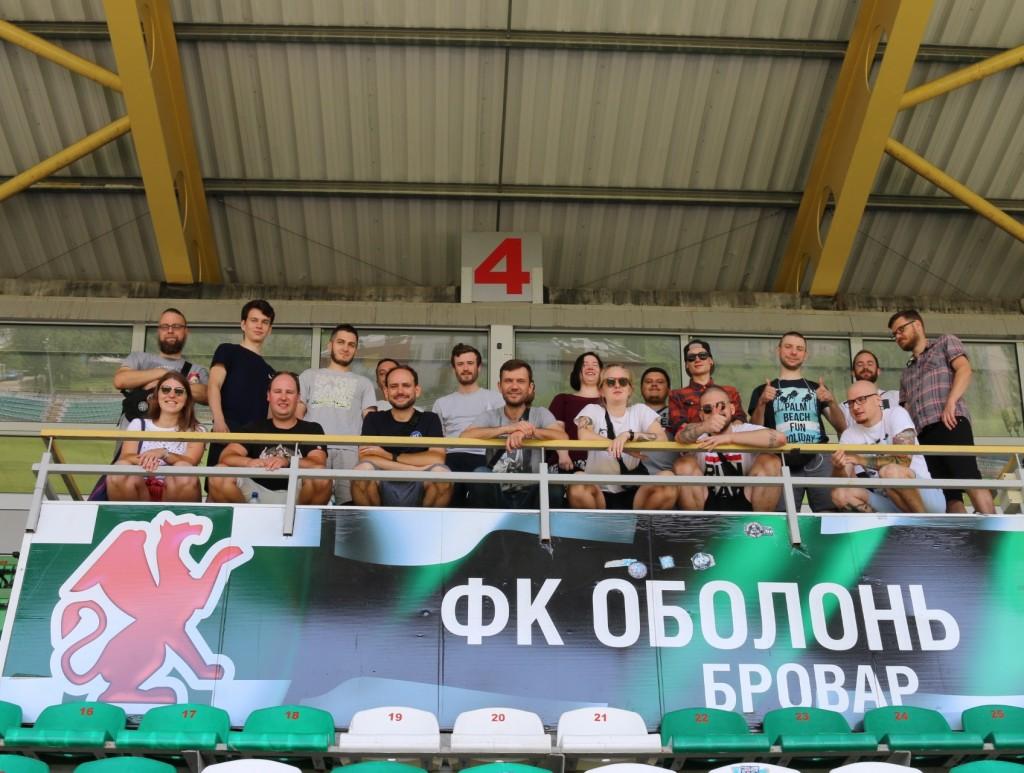 Die Teilnehmenden des Fan-Austauschs im Stadion des FK Obolon
