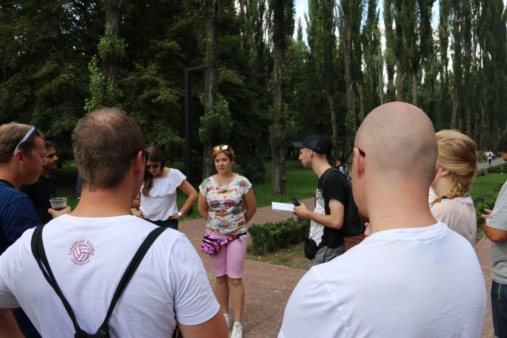 Teilnehmerin Katya gibt einen historischen Überblick über die Verbrechen in Baby Jar