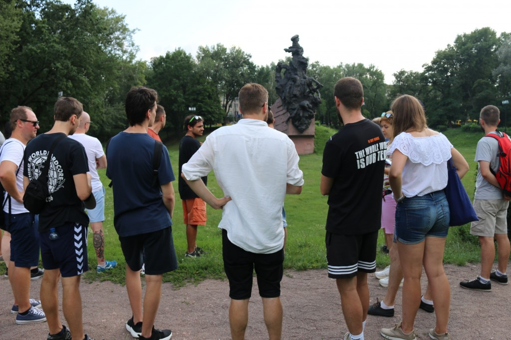 Vor dem sowjetischen Denkmal von 1976