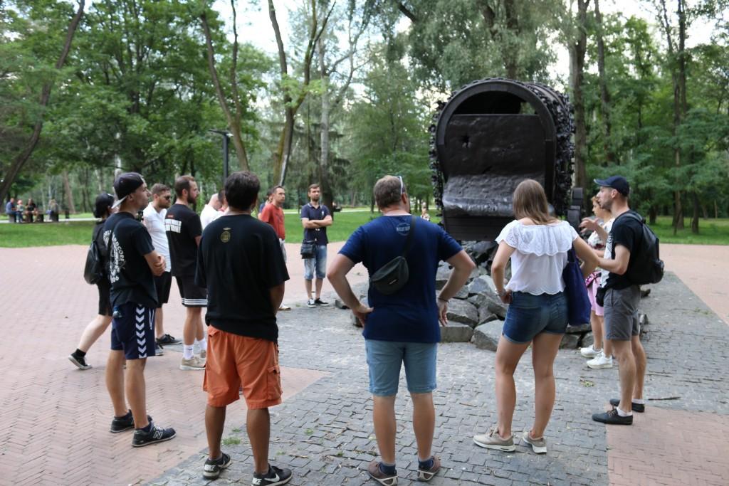 Am Denkmal für die ermordeten Roma.