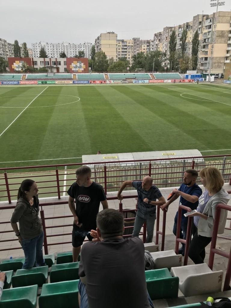 Gruppendiskussion auf der Haupttribüne der Obolon Arena